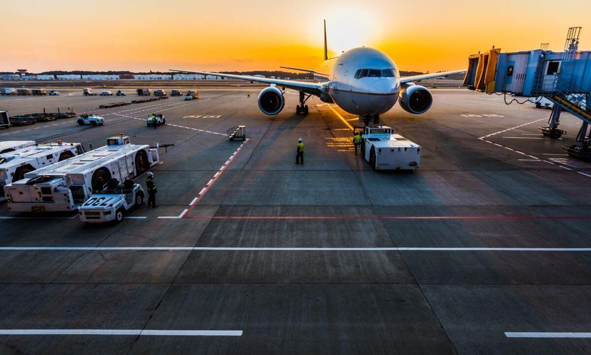 夕暮れどきの空港
