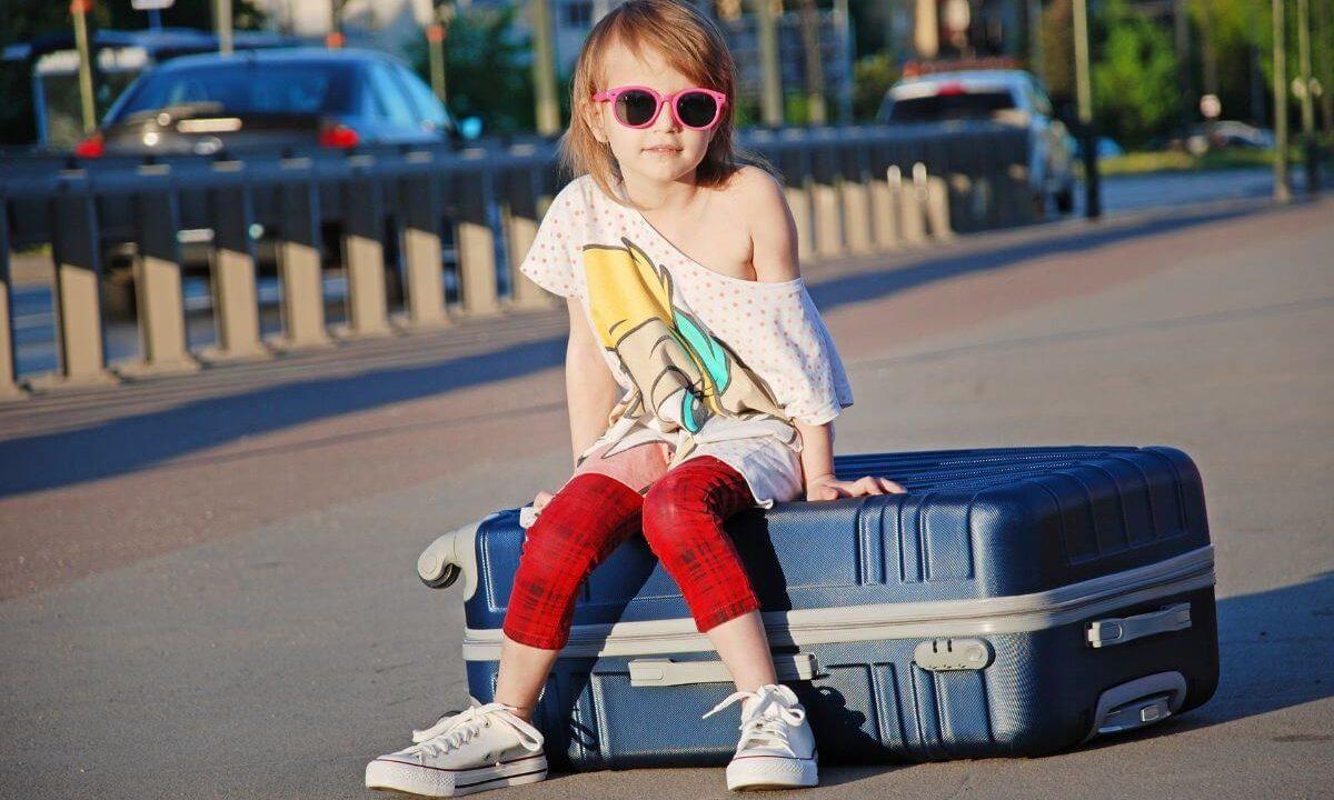 スーツケースと楽チンな格好の少女
