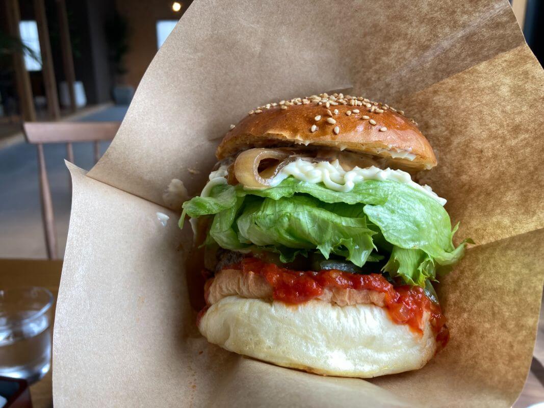 仙石原のカフェ ルデラ(LuDERA)ハンバーガーをこう食べる