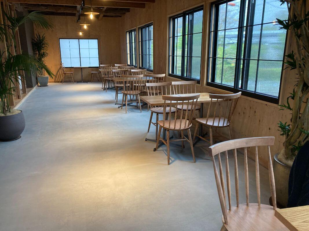 仙石原のカフェ ルデラ(LuDERA)店内の席